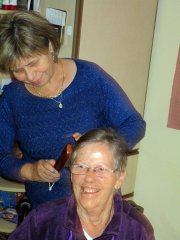Pflegerin frisiert ihre Patientin